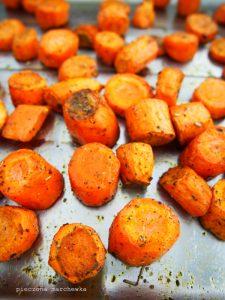 Sałatka: pieczona marchewka, feta i tahina