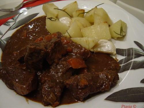 Duszona wołowina z sardelami i tymiankiem