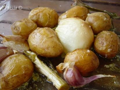 Ziemniaki pieczone z czosnkiem, młodą cebulą i rozmarynem