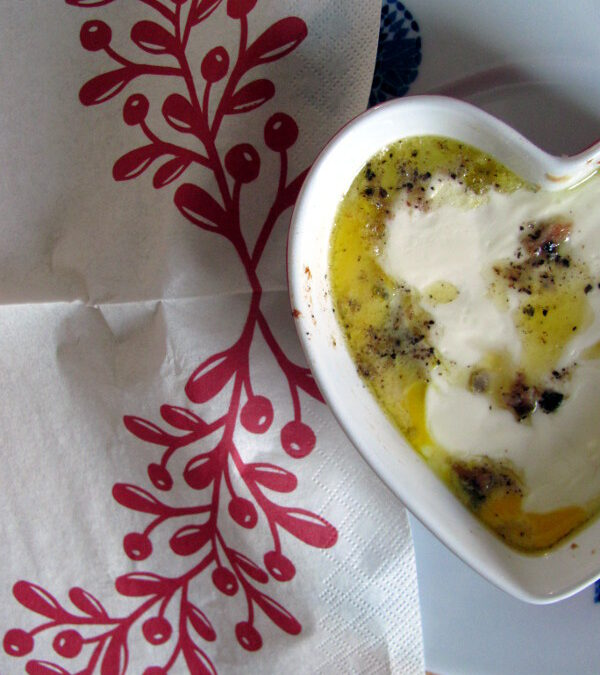 """Jajka w kokilce z """"anchois"""" i zielem angielskim"""