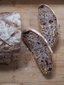 Weekendowa Piekarnia #100: bakaliowy chleb na pszennym zakwasie
